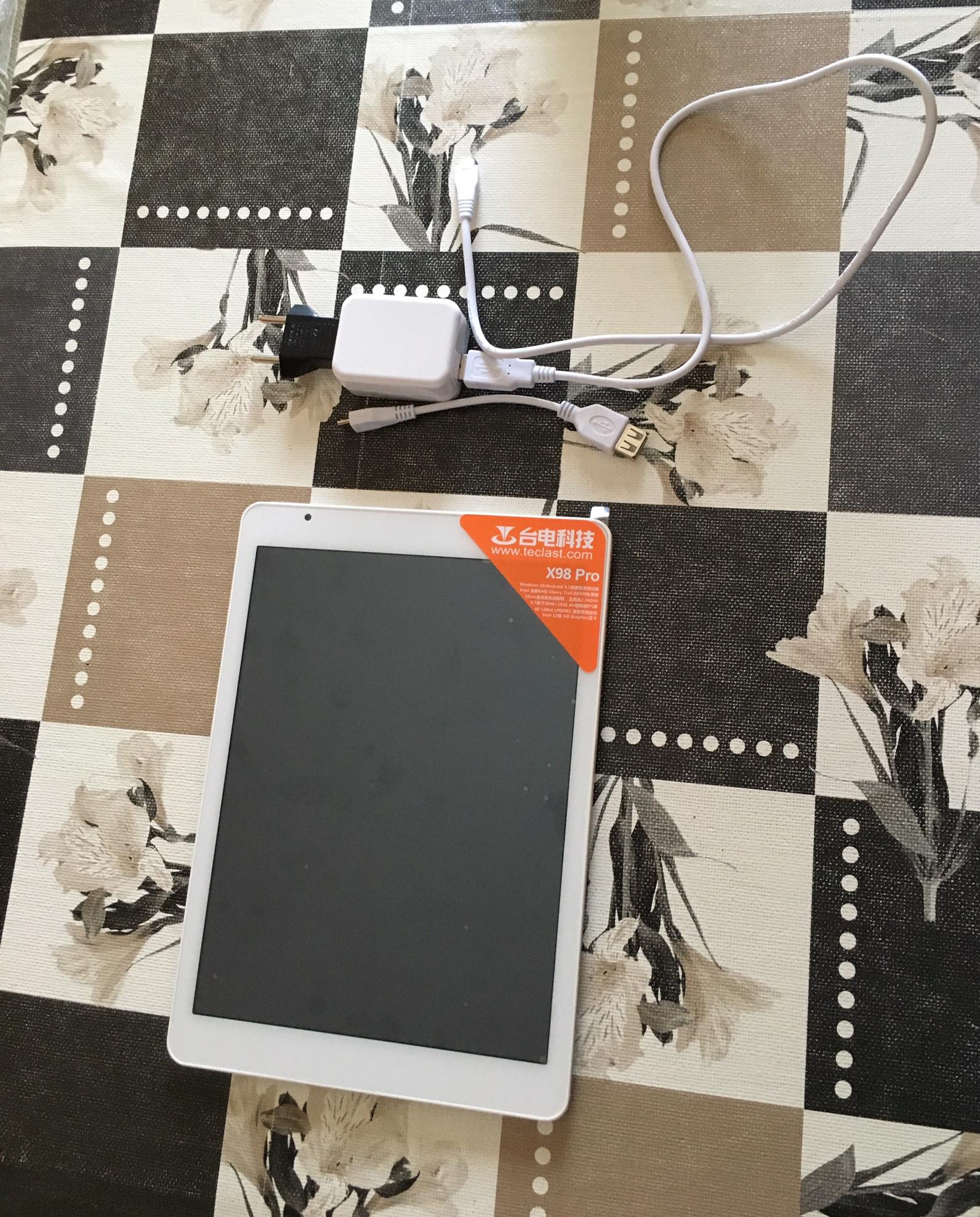 Tableta Teclast X98 pro con su cable de carga