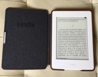 Kindle Paperwhite en su funda original de Amazon