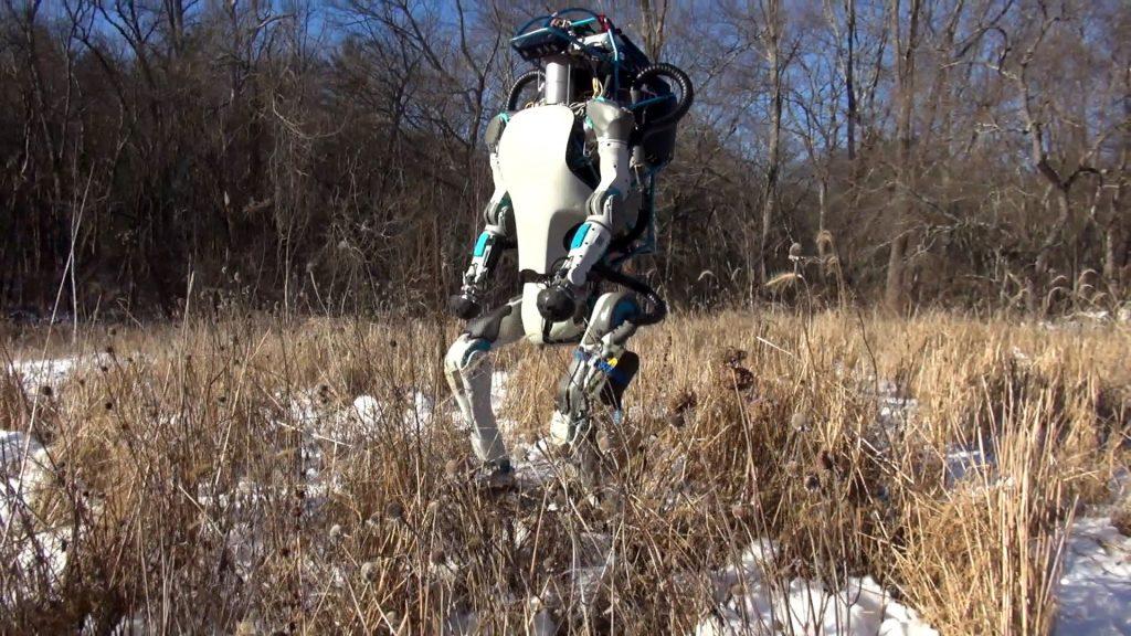 El robot Atlas haciendo pruebas en un terreno irregular.