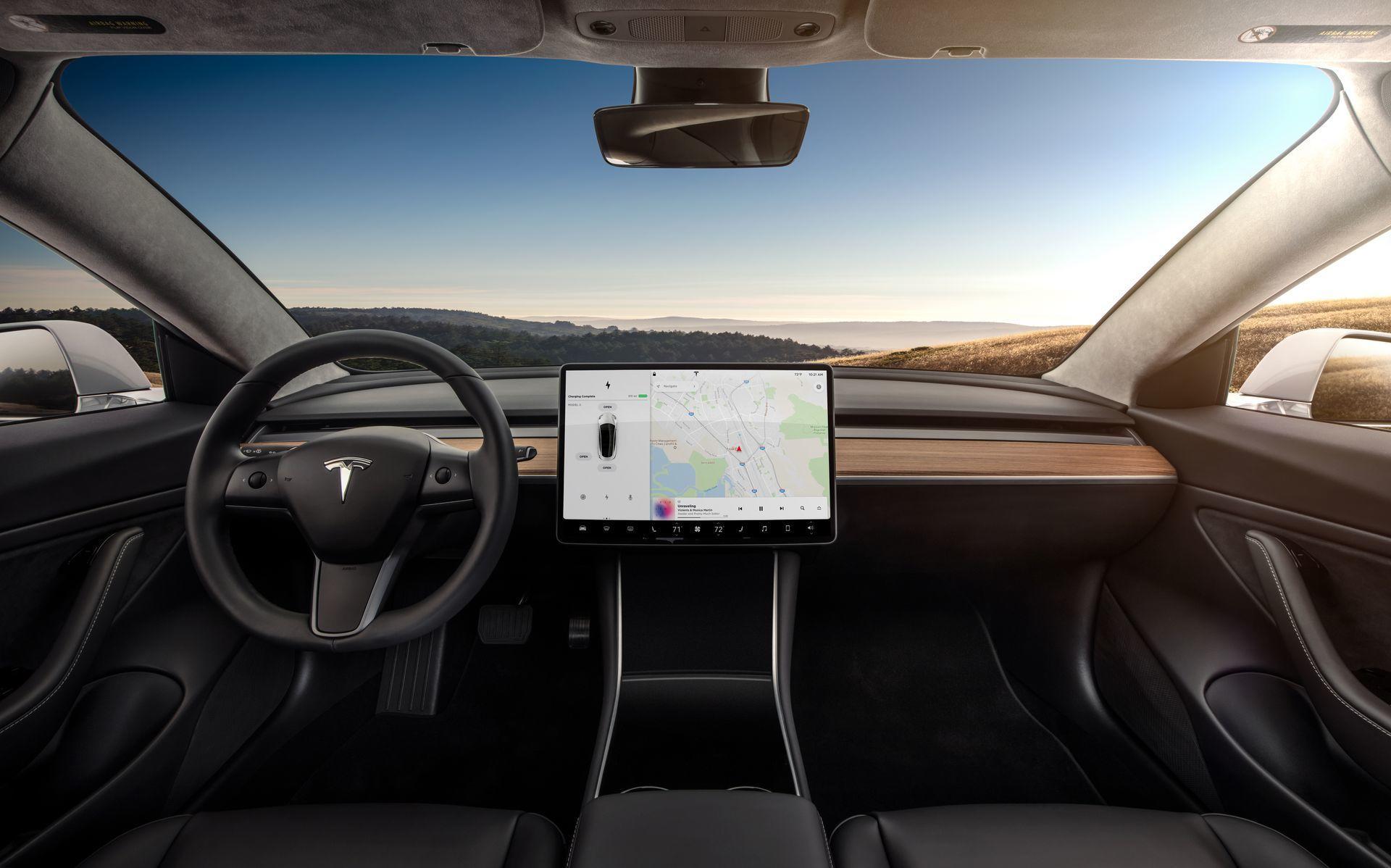 Detalle desde las plazas traseras del interior del Model 3