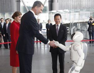 Reyes de España dándole la mano al robot ASIMO