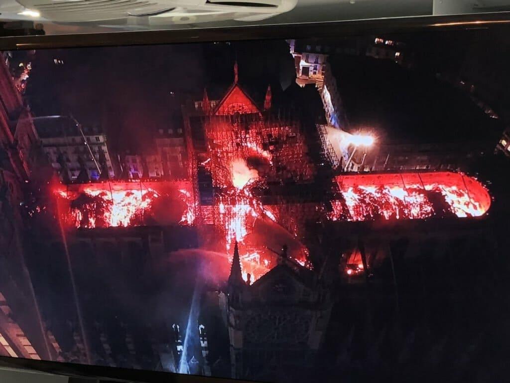 Catedral de Notre Dame en llamas vista aérea desde el dron