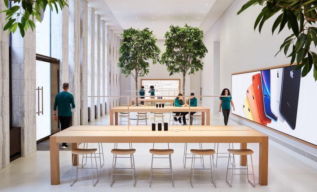 tienda apple con arboles  y madera