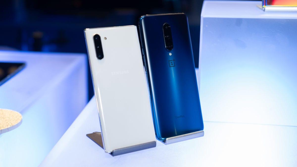 Samsung Galaxy Note 10 y Oneplus 7 Pro en una mesa
