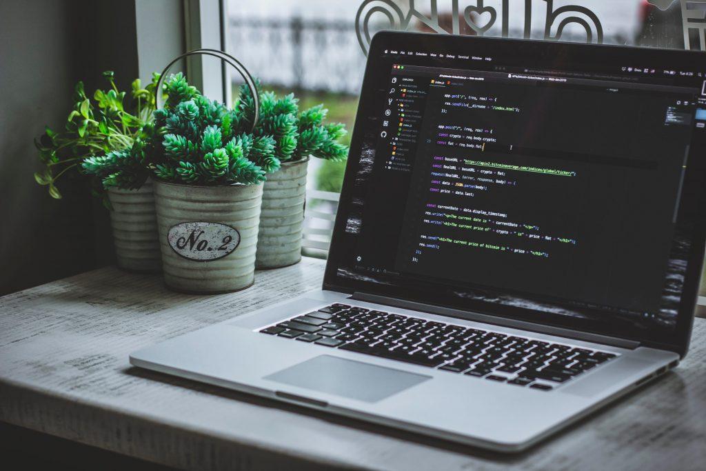 Laptop con códigos