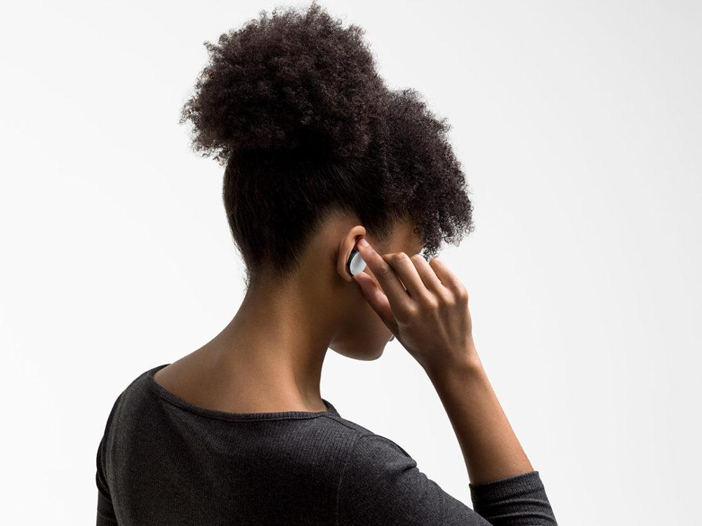 Surface Earbuds puestos