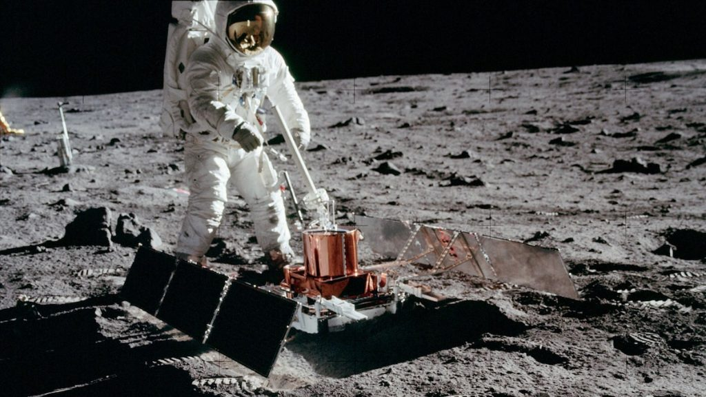 Astronauta en superficie lunar