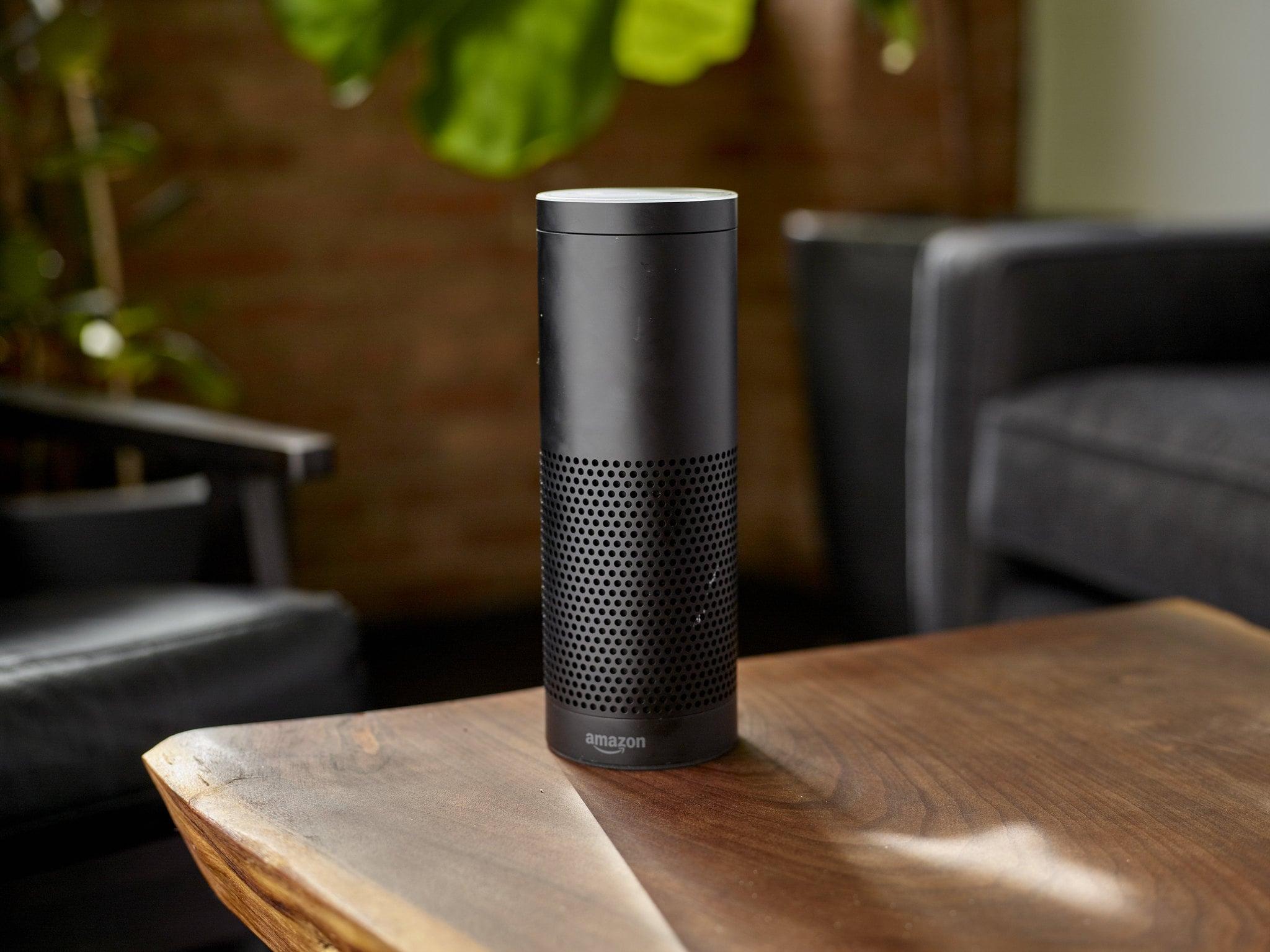 dispositivo Alexa Built in encima de una mesa