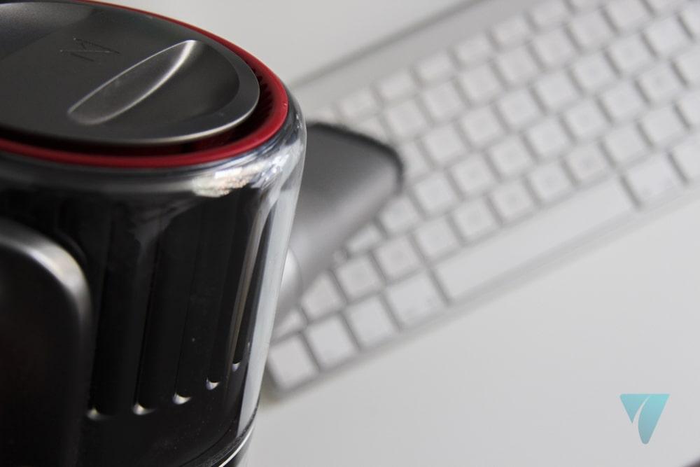 Roborock H6 aspirando el teclado del Mac