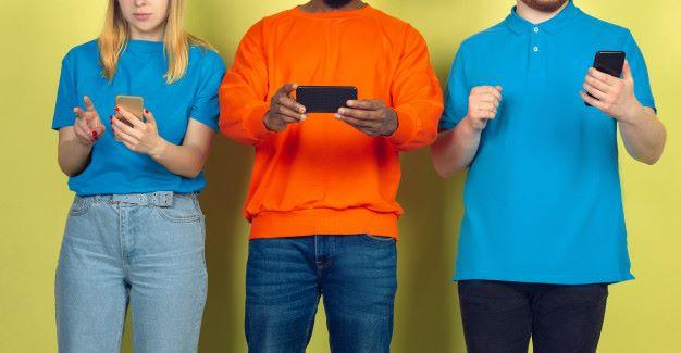 revisar internamente una newsletter personas Mirando sus móviles