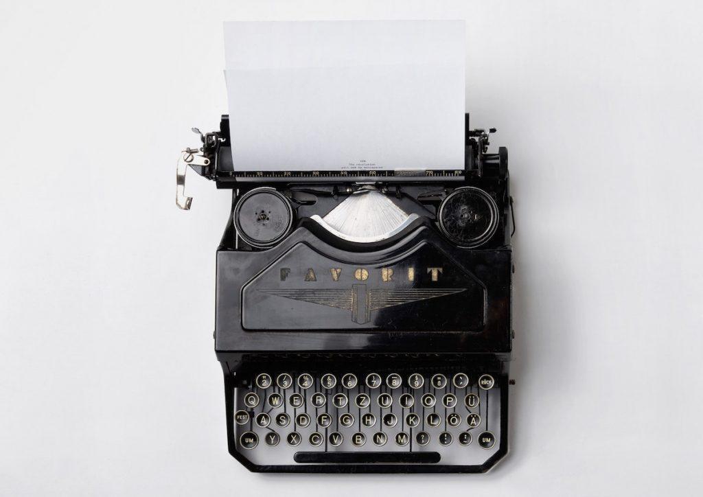 máquina de escribir simulando las newsletters