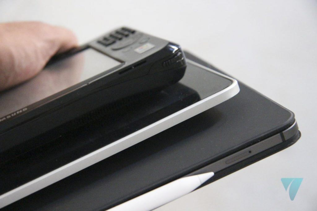 iPad Pro, iPad original y Samsung Q2 Ultra cogidos con una sola mano