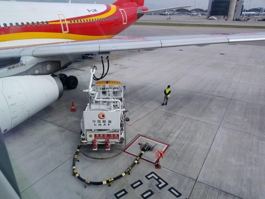 Avión surtiendo combustible