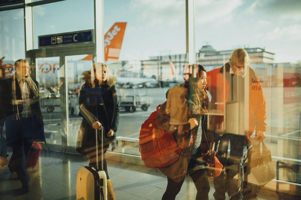 Francia anuncia compra y venta de pruebas negativas de COVID-19 para realizar viajes.