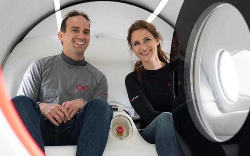 Primeros pasajeros de Hyperloop Josh Giegel y Sara Luchian