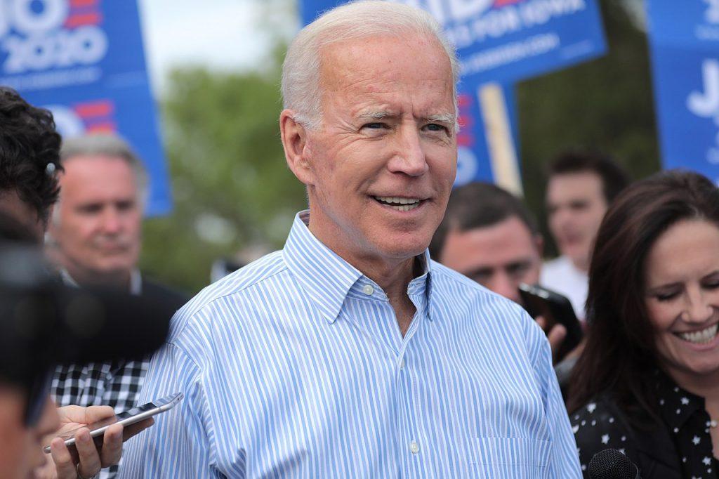 Biden ordena que todos los vehículos federales sean eléctricos.
