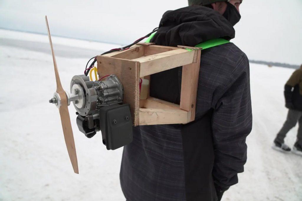 """Prototipo de """"Jetpack"""" de patinaje sobre hielo."""