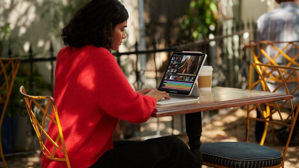iPad Pro 2021 persona usándolo